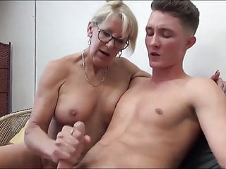 Mature MILF Seduces and Fucks her 18yo Stepson with Bick coc